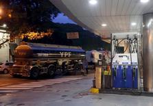 Una gasolinera de YPF en Buenos Aires, mar 25 2015. La producción de petróleo de Argentina cayó en febrero en la comparación interanual a pesar del aumento registrado por la empresa bajo control estatal YPF, la mayor productora del país, según datos de la Secretaría de Energía. REUTERS/Enrique Marcarian