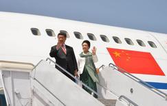 El presidente chino, Xi Jinping, y su esposa, Peng Liyuan, saludan tras llegar a la base aérea Nur Khan en Islamabad, abr 20 2015. China y Pakistán lanzaron el lunes un plan para realizar proyectos de energía y obras de infraestructura en este último país por un valor de 46.000 millones de dólares, conectando sus economías y subrayando las ambiciones económicas chinas en Asia y más allá. REUTERS/Press Information Department (PID)/Handout via Reuters ATI magen para uso no comercial, ni ventas, ni archivos. Solo para uso editorial. No para su venta en marketing o campañas publicitarias. Esta fotografía fue entregada por un tercero y es distribuida, exactamente como fue recibida por Reuters, como un servicio para clientes.
