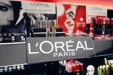 L'Oréal a fait état lundi d'un tassement de sa croissance organique au premier trimestre, marqué par un nouveau ralentissement de sa division de produits grand public. Le chiffre d'affaires du numéro un mondial des cosmétiques a atteint 6,44 milliards d'euros.  /Photo prise le 20 avril 2015/REUTERS/Charles Platiau