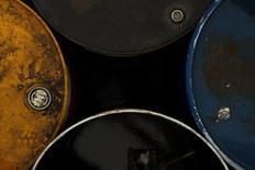 Использованные нефтяные бочки в гараже близ Малаги 16 февраля 2015 года. Цены на нефть снижаются из-за роста запасов в США и рекордной добычи в Саудовской Аравии, но остаются вблизи максимальных с начала года уровней в связи с напряженной ситуацией на Ближнем Востоке. REUTERS/Jon Nazca