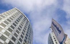Le groupe chimique néerlandais AkzoNobel a dégagé des résultats meilleurs qu'attendu au titre du premier trimestre, grâce à l'euro faible et à la baisse de ses coûts d'approvisionnement qui lui ont permis d'améliorer ses bénéfices dans ses trois grands segments d'activité. /Photo d'archives/REUTERS/Robin van Lonkhuijsen/United Photos