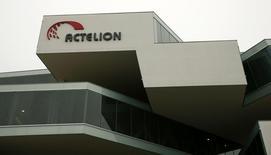 Actelion, première société biotechnologique d'Europe, a relevé ses prévisions pour l'ensemble de 2015 après avoir publié des résultats meilleurs qu'attendu pour le premier trimestre. /Photo prise le 17 février 2015/REUTERS/Arnd Wiegmann