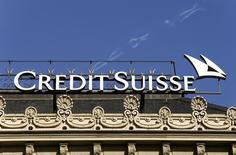 Логотип Credit Suisse на здании в Цюрихе 10 марта 2015 года. Чистая прибыль Credit Suisse в первом квартале выросла на 23 процента, превысив ожидания аналитиков, благодаря успешной  торговле ценными бумагами и хорошим результатам подразделения, обслуживающего состоятельных клиентов. REUTERS/Arnd Wiegmann