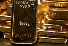 Слитки золота в хранилище Pro Aurum в Мюнхене. 3 марта 2014 года. Цены на золото держатся ниже $1.200 за унцию после значительного падения в понедельник, вызванного ростом доллара и фондовых рынков. REUTERS/Michael Dalder