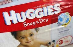 Упаковка подгузников Huggies в Бока-Ратоне, Флорида 22 октября 2013 года. Квартальная прибыль Kimberly-Clark Corp превысила прогнозы благодаря снижению расходов и повышению цен на средства личной гигиены, такие как подгузники Huggies, Poise и Depend. REUTERS/Joe Skipper