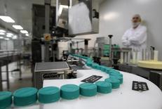 Сотрудник Teva Pharmaceutical Industries на фабрике в Иерусалиме. 21 декабря 2011 года. Фармацевтическая компания Teva Pharmaceutical Industries Ltd. сделала во вторник предложение о приобретении меньшего по размерам конкурента Mylan за $40 миллиардов. REUTERS/Ronen Zvulun