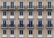 Imagen de archivo de unas banderas de Grecia colocadas en las ventanas de un hotel en el marco de las celebraciones del Día de la Independencia en Atenas, mar 26 2015. Los ministros de Finanzas de la zona euro no establecerán más plazos para Grecia porque éstos podrían generar riesgos para las negociaciones sobre las reformas que Atenas debe implementar a cambio de más financiamiento, dijo el martes un alto funcionario del bloque. REUTERS/Yannis Behrakis