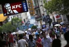 People walk past a KFC store in downtown Shanghai July 31,2014.  REUTERS/ Carlos Barria