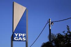 Логотип YPF Gas logo в Аргентине. 19 апреля 2012 года. Государственная нефтяная компания Аргентины YPF планирует на этой неделе подписать меморандум о взаимопонимании с Газпромом, который позволит российской компании инвестировать в Аргентину, сообщили источники, знакомые с ситуацией. REUTERS/Marcos Brindicci