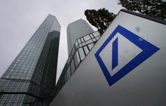 Deutsche Bank, la première banque allemande, a annoncé mercredi avoir réalisé un bénéfice au premier trimestre 2015 malgré l'intégration dans ses comptes d'environ 1,5 milliard d'euros de frais de justice. /Photo pris ele 29 janvier 2015/REUTERS/Ralph Orlowski