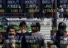 Экран брокерской конторы в Токио. 23 апреля 2015 года. Азиатские фондовые рынки, кроме Гонконга, выросли в четверг за счет локальных факторов. REUTERS/Toru Hanai