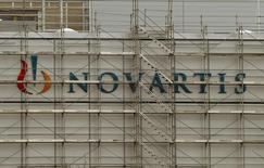 En la imagen, el logo de la farmacéutica suiza Novartis es visto en la planta de la compañía en la ciudad suiza de Stein. 27 de enero, 2015. La farmacéutica suiza Novartis reportó el jueves un declive en sus ventas del primer trimestre y advirtió que la fortaleza del dólar puede ser un lastre mayor que lo esperado sobre sus resultados anuales. REUTERS/Arnd Wiegmann