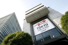 Вид на здание Токийской фондовой биржи 17 ноября 2008 года. Азиатские фондовые рынки, кроме Гонконга, снизились в пятницу в связи с коррекцией после значительного роста, позволившего рынкам завершить неделю в плюсе. REUTERS/Stringer