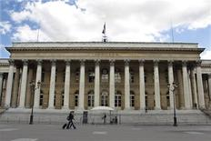 La Bourse de Paris est orientée à la hausse à la mi-journée, soutenue par plusieurs publications d'entreprises jugées solides et par le climat des affaires en Allemagne, au plus haut depuis juin même si les investisseurs gardent un oeil sur le dossier grec. Vers 13h, le CAC 40 gagne 0,64%. /Photo d'archives/REUTERS/Charles Platiau