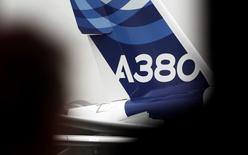 Airbus a promis vendredi de relancer les ventes de l'A380, à l'approche du dixième anniversaire du premier vol du très gros porteur européen, le plus grand avion de ligne au monde, qui n'a engrangé aucune commande depuis 2013. /Photo d'archives/REUTERS/Régis Duvignau