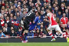 Oscar choca-se contra goleiro do Arsenal em jogo pelo Campeonato Inglês