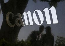 Логотип Canon. Токио, 27 апреля 2015 года. Прибыль Canon Inc снизилась в первом квартале 2015 года на 28,7 процента, оказавшись хуже рыночных ожиданий, на фоне падения продаж компактных цифровых фотоаппаратов. REUTERS/Toru Hanai