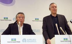 Tokyo Electron Ltd Chairman and President Tetsuro Higashi (L) and Applied Materials Inc Chief Executive Officer Gary Dickerson attend their joint news conference in Tokyo, in this file photo taken on September 24, 2013.  REUTERS/Kyodo