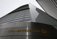 Commerzbank lance une augmentation de capital pouvant aller jusqu'à 1,4 milliard d'euros, une opération censée améliorer des ratios de solvabilité plombés par une lourde amende payée en mars. /Photo d'archives/REUTERS/Ralph Orlowski