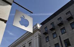 Apple annonce un chiffre d'affaires trimestriel en hausse de 27% grâce à un bond des ventes d'iPhone, ainsi qu'une augmentation de 50 milliards de dollars de son programme de rachat de titres, au total de 140 milliards. /Photo prise le 10 avril 2015/REUTERS/Toby Melville