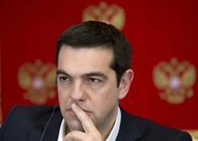 Foto de archivo del primer ministro griego, Alexis Tsipras, en una rueda de prensa en el Kremlin. Abr 8, 2015. Tsipras dijo que su Gobierno trabaja duro para alcanzar un acuerdo interino con los prestamistas de la UE y el FMI para destrabar ayuda financiera, pero que ambas partes aún disienten sobre temas como la reforma laboral y una propuesta alza del impuesto al valor agregado. REUTERS/Alexander Zemlianichenko