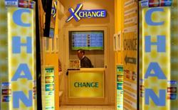 Пункт обмена валюты в Риме 12 марта 2015 года. Курс евро близок к трехнедельному максимуму, так как к инвесторам вернулась надежда, что Греция получит новые кредиты. REUTERS/Tony Gentile
