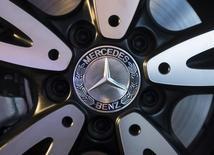 Логотип Mercedes-Benz на колесе новой версии A-класса на презентации в Мумбаи 11 марта 2015 года. Операционная прибыль немецкого автопроизводителя Daimler в первом квартале выросла на 41 процент благодаря выпуску новых моделей и рекордным продажам Mercedes-Benz. REUTERS/Danish Siddiqui
