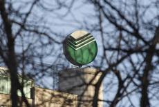 Логотип на штаб-квартире Сбербанка в Москве 28 марта 2013 года. Почетный директор McKinsey Питер Кралич отказался от избрания в наблюдательный совет крупнейшего госбанка РФ Сбербанка, сообщил банк, сократив количество претендентов в набсовет до 16 человек. REUTERS/Maxim Shemetov