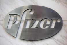Логотип Pfizer на здании офиса компании в Нью-Йорке. 28 апреля 2014 года. Квартальная выручка Pfizer Inc снизилась на 4 процента до $10,86 миллиарда во многом из-за укрепления доллара. REUTERS/Andrew Kelly