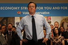 En la imagen, Cameron en un acto de campaña en Londres el 27 de abril de 2015.  La economía británica se ralentizó más que lo previsto en los primeros tres meses del 2015, asestando un revés al primer ministro David Cameron, que ha apostado su campaña de reelección a la fortaleza de la recuperación. REUTERS/Adrian Dennis/Pool