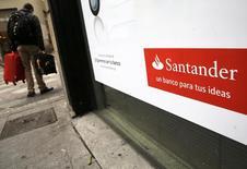 En la imagen, un hombre camina junto a una sucursal de Santander en Madrid, el 3 de febrero de 2015. Santander, el mayor banco de la zona euro, reportó el martes un salto de un 32 por ciento en sus utilidades del primer trimestre respecto al mismo período del año anterior, gracias a un incremento en las ganancias netas por préstamos y una caída en los cargos por morosidad. REUTERS/Andrea Comas