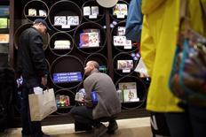 Unos clientes al interior de la tienda Marbles: The Brain Store within The Court, en King of Prussia, EEUU, dic 6 2014. La confianza del consumidor de Estados Unidos se desplomó imprevistamente en abril, de acuerdo con un reporte del sector privado divulgado el martes. REUTERS/Mark Makela