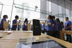 Sales staff welcome the customers to buy iPhone 6 and iPhone 6 Plus at an Apple store in Beijing, October 17, 2014. REUTERS/Jason Lee
