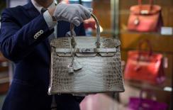 Hermès a vu sa croissance progresser de 8% à changes constants au premier trimestre, bénéficiant notamment de la poursuite du dynamisme des ventes au Japon. /Photo prise le 22 septembre 2014/REUTERS/Mario Anzuoni