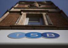 TSB Banking Group a plus que doublé son bénéfice au 1er trimestre, grâce à la hausse de l'encours de crédit et à des gains de part de marché en Grande-Bretagne. La banque britannique, rachetée par l'espagnole Sabadell, fait partie de ces nouveaux établissements dont la création a été favorisée par un régulateur soucieux de voir une plus grande concurrence dans un secteur où cinq grands banques exercent un monopole de fait. /Photo prise le 12 mars 2015/REUTERS/Neil Hall