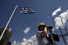 La Grèce devrait présenter dans la journée à ses créanciers internationaux un projet de loi sur les réformes économiques, une démarche qui vise à afficher le sérieux de l'équipe d'Alexis Tsipras pour tenter d'obtenir le déblocage de l'aide financière. /Photo prise le 22 avril 2015/REUTERS/Kostas Tsironis