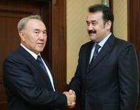Президент Казахстана Нурсултан Назарбаев (слева) поздравляет Карима Масимова с назначением на пост премьер-министра Казахстана в Астане 10 января 2007 года. REUTERS/KAZAKH PRESIDENTIAL PRESS SERVICE
