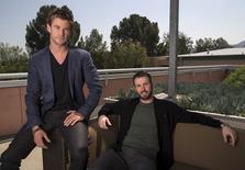 """Atores Hemsworth e Evans posam para foto em entrevista de promoção do novo filme """"Vingadores"""". 11/04/2015  REUTERS/Mario Anzuoni"""