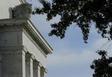 El edificio de la Reserva Federal en Washington, oct 28 2014. La Reserva Federal de Estados Unidos destacó el miércoles la debilidad del mercado laboral y de la economía general, en una señal de que el banco central enfrenta obstáculos para seguir adelante con su plan de subir las tasas de interés este año.   REUTERS/Gary Cameron