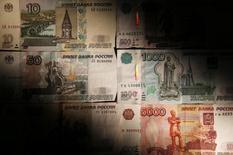 Рублевые купюры в Москве 30 сентября 2014 года. Рубль в умеренном минусе утром четверга перед советом директоров ЦБ, от которого рынок ждет снижения процентных ставок разной степени интенсивности. REUTERS/Maxim Zmeyev