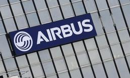 Логотип Airbus Group на штаб-квартире в Тулузе 25 февраля 2014 года. Крупнейшая в Европе аэрокосмическая корпорация Airbus Group подтвердила ранее озвученные планы по производству пассажирских самолетов и прогноз на этот год, несмотря на сокращение прибыли в первом квартале. REUTERS/Regis Duvignau