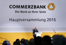 Le président du directoire de Commerzbank, Martin Blessing, a déclaré jeudi que la banque envisageait de verser un dividende à ses actionnaires pour la première fois depuis 2007 mais devait attendre la fin de l'année pour s'assurer qu'elle pouvait le faire. /Photo prise le 30 avril 2015/REUTERS/Ralph Orlowski