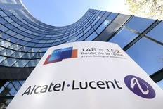 Alcatel-Lucent, qui abandonne 6,42% vers 13h à la Bourse de Paris,  accuse la plus forte baisse de l'indice CAC 40 (+0,25%), pénalisé par les résultats trimestriels jugés décevants de Nokia (-7,75%), qui a présenté une offre de rachat du groupe franco-américain il y a 15 jours. /Photo prise le 14 avril 2015/REUTERS/Gonzalo Fuentes