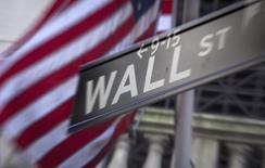 Wall Street a ouvert en légère baisse jeudi, prolongeant sa tendance baissière de la veille et subissant encore, quoique modérément, le contrecoup de deux événements économiques majeurs qui n'ont pas contribué à rassurer les boursiers sur la situation économique des Etats-Unis. /Photo d'archives/REUTERS/Carlo Allegri