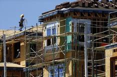 Un obrero en las obras de construcción de una vivienda en Carlsbad, EEUU, sep 22 2014. La economía de Estados Unidos está en camino de crecer un 0,9 por ciento en el segundo trimestre, según datos de un modelo de pronóstico de la Reserva Federal de Atlanta divulgados el jueves, luego que la estimación del Gobierno sobre el crecimiento del primer trimestre alcanzó un magro 0,2 por ciento.     REUTERS/Mike Blake