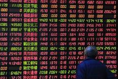 Investidor olhando painel eletrônico com informações da Bolsa de Xangai.   17/04/2015  REUTERS/Aly Song