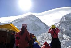 Alpinistas observam o Monte Everest após cancelamento de escalada. 27/04/2015 REUTERS/Phurba Tenjing Sherpa