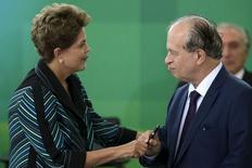Presidente Dilma Rousseff (esquerda) cumprimenta ministro da Educação, Renato Janine Ribeiro, durante cerimônia de posse do ministro em Brasília. 06/04/2015 REUTERS/Ueslei Marcelino