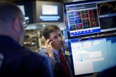 Трейдеры на фондовой бирже в Нью-Йорке. 30 апреля 2015 года. Фондовые рынки США выросли в понедельник за счет неожиданно высоких квартальных результатов компаний. REUTERS/Brendan McDermid