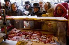 Очередь за мясом на рынке в Минске. 6 апреля 2013 года. Нацбанк Белоруссии ожидает инфляцию в 2015 году по нижней границе прогноза - 16 процентов, сказал глава Нацбанка Павел Каллаур. REUTERS/Vasily Fedosenko